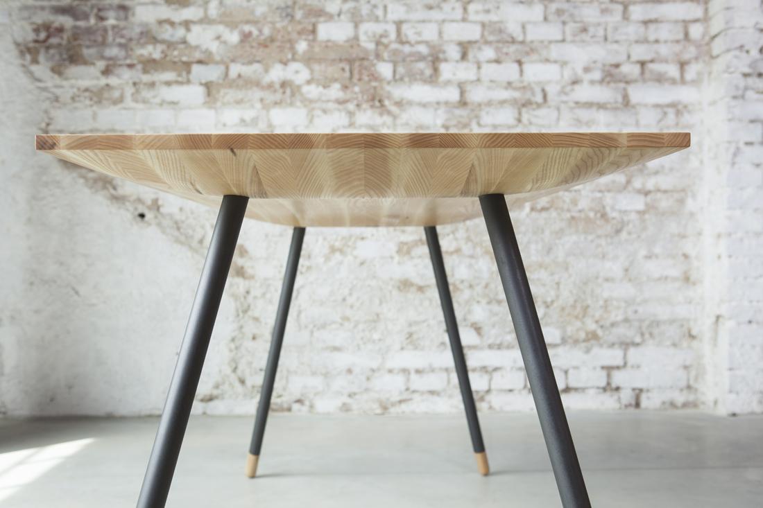 Stůl Chrt, pohled na spodní stranu stolové desky